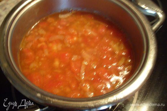 Добавить лук и помидоры в рыбный бульон и варить 20 мин.