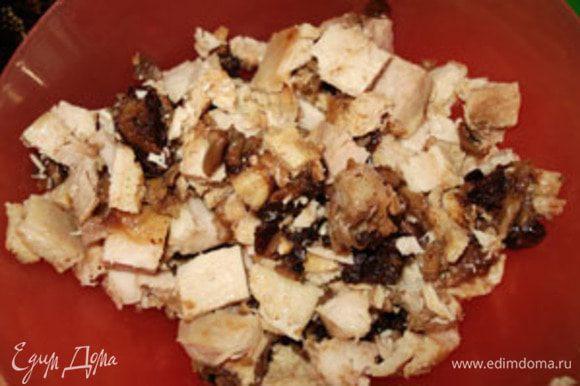 """Кусочки куриного рулета мелко порезать. Если его нет, тогда можно использовать любой мясной """"заменитель"""" (фарш или вареное мясо)."""