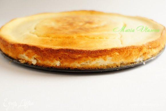 После выпекания пирог полностью остудить и извлечь из формы.
