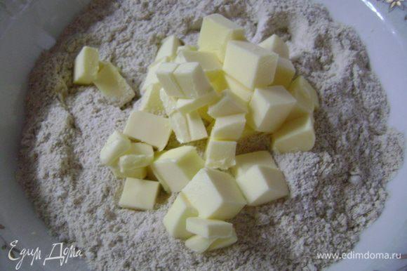 Для приготовления теста муку просеять в миску, добавить соль и нарезанное кусочками сливочное масло.