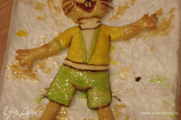 Раскрашиваем зайца сахарной глазурью (белок + сахарная пудра), смешанной с пищевыми красителями и корицей.