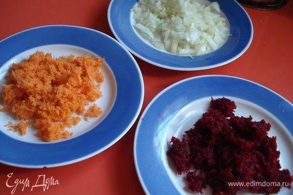 Минут за 10 до готовности кладем в бульон морковь, натертую на мелкой терке, и мелко нарезанный лук (половину порции), а когда пройдет пару минут, добавить свеклу, так же натертую на мелкой терке, и пусть покипит до прозрачности бульона.