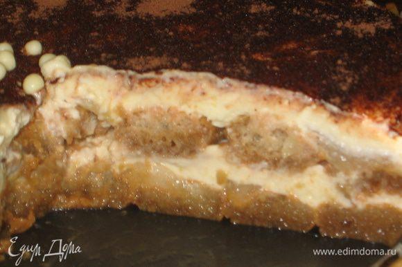 Дынный торт-тирамису готов. После охлаждения его легко разрезать на порции, он хорошо держит форму. Внутри он очень сочный, благодаря дыне. Угощайтесь и получайте наслаждение!