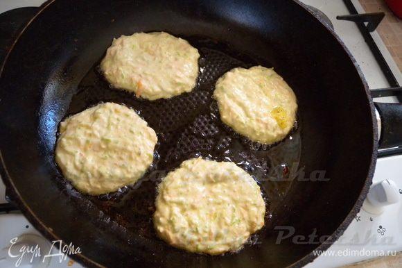 Смазать сковороду растительным маслом (минимум) и жарим блинчики. Тесто выливаем ложкой и разравниваем около 8 мм толщиной. Жарим на большом огне. Перед каждой партией добавляем на сковородку минимум масла.