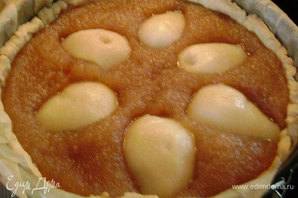 Половинки груш выложить на пирог, чуть вдавливая и опять поставить пирог в духовку на 10 мин.