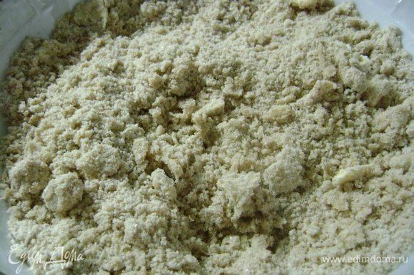 Перетереть масло с мукой до состояния хлебных крошек.