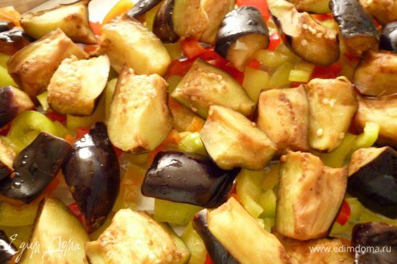 Болгарский перец освободить от семян и нарезать соломкой. Берем форму для запекания (у меня стеклянная), на дно выкладываем половину нарезанного перца, баклажаны отжать от жидкости и выкладываем поверх перца.