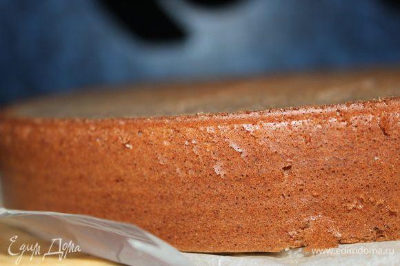 Готовый бисквит разрезать по горизонтали на 3 части. С помощью кисточки смочить сиропом первую часть. Нанести банановое суфле, разровнять по всей поверхности, накрыть второй частью, также смочить сиропом, покрыть суфле и накрыть третей частью бисквита.