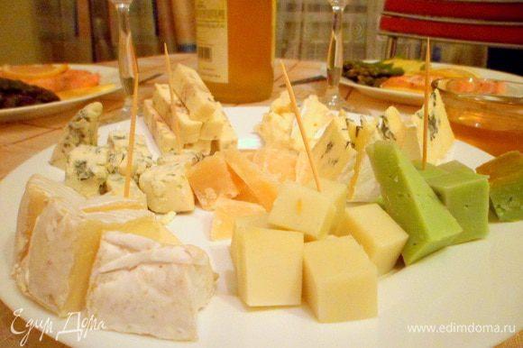 Ещё я сделала сырную тарелку и подала её с мёдом. Сыр можно брать на Ваш вкус. Желательно использовать разные сорта. У меня тут камамбер, бри, пармезан и ещё какие-то (точно не помню названия). Если есть - добавьте орехов и виноград, но и без них сочетание сыра с мёдом и вином - просто волшебное!))) Приятного!))))