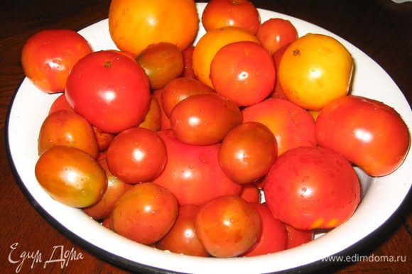 Подготовительные работы: помидоры промыть, высушить и удалить плодоножки (в этот раз я взяла три сорта помидор)