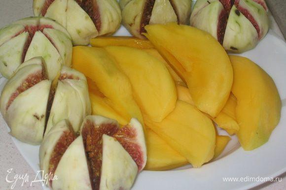 Фрукты здесь могут быть разные. Мне понравилось сочетание инжира и манго. Подготовить фрукты: инжир очистить от кожуры и каждый надрезать на 6 долек; манго очистить и нарезать тонкими пластинками