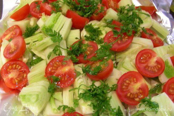 В качестве гарнира возможны два варианта. В книге предлагают салат из фенхеля и помидоров черри. Для него мелко режем фенхель, помидоры черри напополам, шинкуем кервель. Все перемешиваем и заправляем так: оливковое масло + лимонный сок + горчица, соль, перец. У меня муж сырой фенхель не ест, поэтому я овощи запекла в конвертике из фольги, посыпав их кервелем и полив лимонным соком (минут 30).
