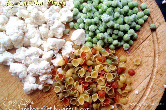 Цветную капусту разделим на мелкие соцветия. Подготовим зеленый горошек и пасту.
