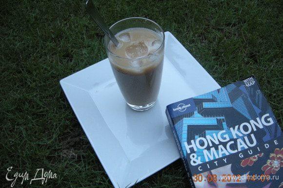 Процеживаем чай, добавляем сахар по вкусу и концентрированное молоко. Крепость чая регулируйте, добавляя воды по желанию. Далее создаем напиток. В бокал наливаем молочный чай (7 частей), сверху наливаем кофе (3 части), сверху добавляем лед. Наслаждайтесь!