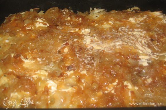 Нанести немного соуса (1/4 часть) и равномерно разложить поджаренный лук.