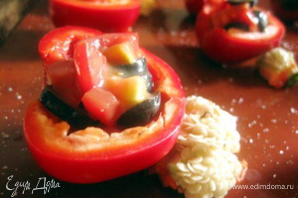 Перец посолить. Для начинки нарезать мелко помидоры, оливки - кольцами, добавить яблочный майонез, посолить и поперчить по вкусу, добавить мелко нарезанный чеснок. Начинить перцы помидорным салатом.