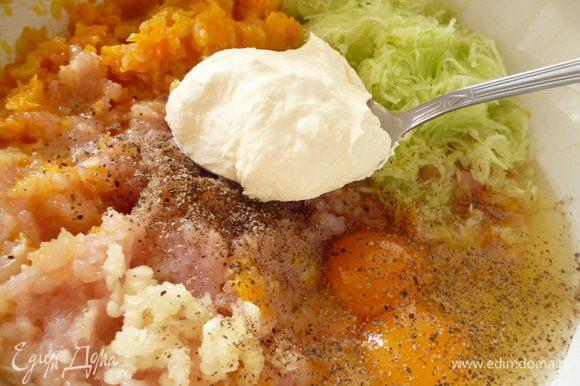 Приготовим фарш:Репчатый лук нарезать полукольцами,морковь натереть на крупной терке и слегка обжарить их на растительном масле.остудить,пропустить через мясорубку вместе с куриным филе.Кабачок почистить и натереть на терке мелкой стружкой,хорошо отжать от сока,добавить к фаршу.Добавить сметану,яйца,измельченный чеснок,овсяные хлопья,посолить и поперчить.