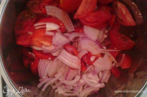 В кастрюлю налить немного масла и поставить на огонь. Выложить туда овощи со специями и пусть тушатся на небольшом огне (они начнут пускать сок).