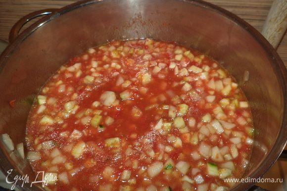 В томатную массу добавить специи (у меня перец горошком,лавровый лист,гвоздика),соль ,сахар,масло(я всегда кладу меньше чем указано в рецептах!) прокипятить,добавить огурцы и варить 15 мин.(я варила 25 мин)