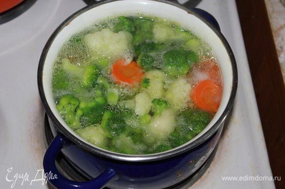 Брокколи и цветную капусту разделить на соцветия. Овощи отварить в подсоленной воде до полуготовности.