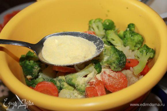 Слить воду, откинуть овощи в дуршлаг, добавить кукурузную муку.
