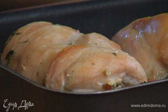 Запекать грудки в разогретой духовке 25–30 минут.