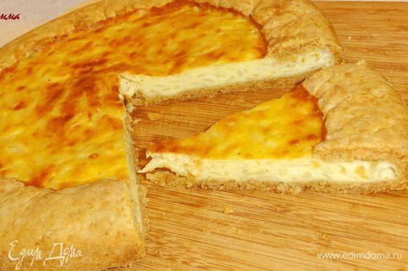 Дайте пирогу остыть и выньте его из формы.