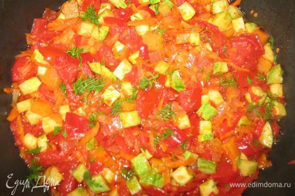 Петрушку мелко порезать и добавить к овощам.