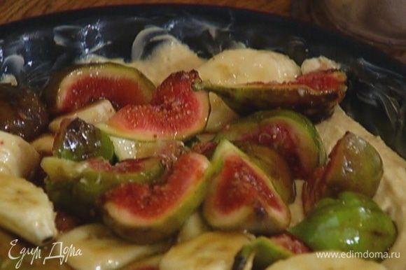 Форму для выпечки смазать оставшимся сливочным маслом и выложить тесто.