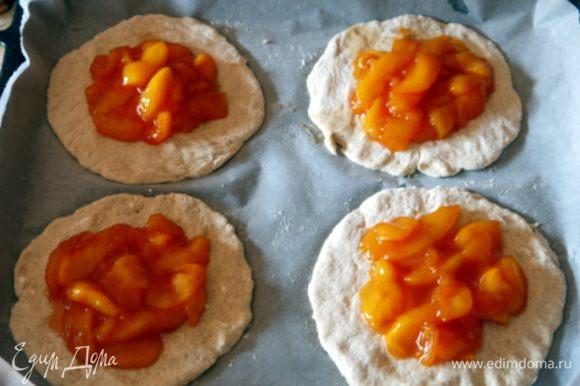 Выложить на каждую из 4 лепёшек начинку из персиков.