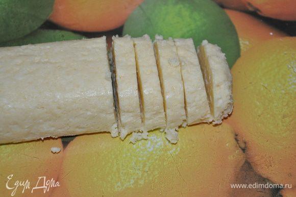 Достать тесто и быстренько пока тесто застывшее, нарезать нашу колбаску кусочками примерно 5мм.
