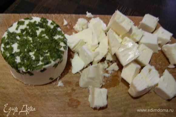 Фету режем кубиками. Козий сыр я так и оставила и раскрошила уже на готовый салат в тарелке.