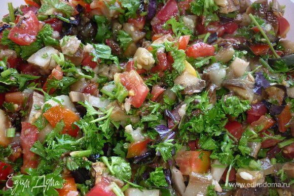 салат хорош и как самостоятельное блюдо, и как гарнир к мясу. и особенно хороши брускеты с ним. приятного аппетита :)