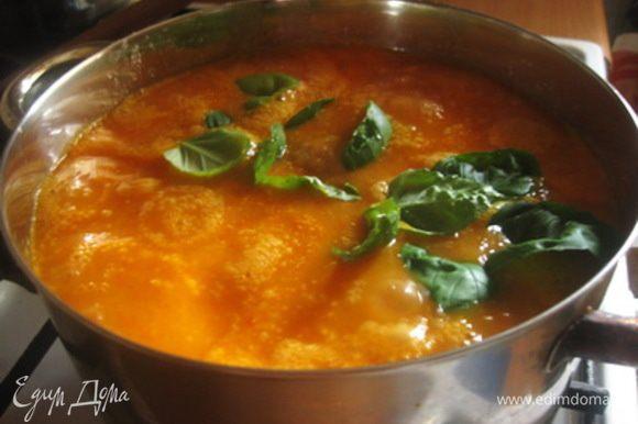 Пюрированные овощи переложить в кастрюлю с толстым дном и влить 800 мл воды, довести до кипения. Посолить, поперчить и приправить молотым имбирем по вкусу. Добавить винный уксус. Теперь формируем фрикадельки размером с грецкий орех, сразу выкладывая каждую в горячий соус. Сверху кладем веточку базилика, накрываем кастрюлю крышкой и тушим на маленьком огне 30 минут.