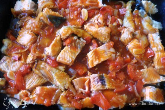 Горбушу разобрать от косточек, выложить на противень и залить готовым соусом. Поставить в разогретую духовку на 20 минут. Приятного аппетита!!!