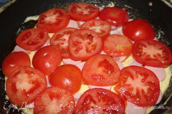 Выложить начинку по желанию, сверху помидорки, порезанные кружочками положить.