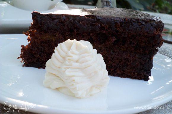 Этот торт всегда подают со взбитыми сливками. Приятного чаепития!