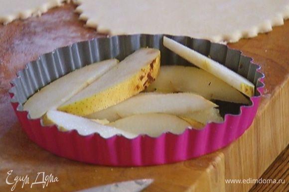 Груши, удалив сердцевину, нарезать небольшими кусочками и выложить поверх масла.