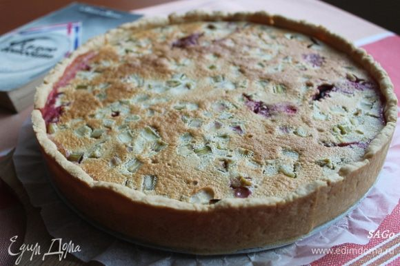 Поставить пирог в прогретую до 200 гр духовку на 40-50 мин. Готовый пирог остудить в течение часа. Он хорош как тёплым, так и холодным.