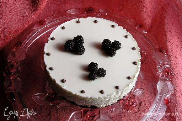 Полностью застывший торт аккуратно достать из формы, украсить по желанию. Угощайтесь! :)