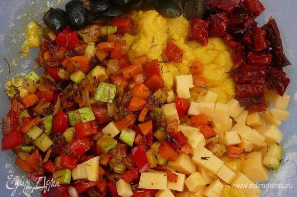 Добавить обжаренные овощи, сыр, порубленные маслины и вяленые помидоры SACLA .