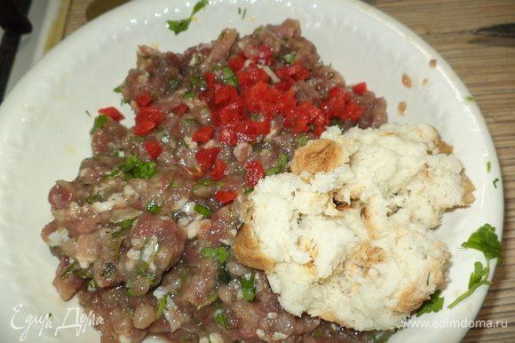 размоченную булочку,мелко порезанный болгарский перец