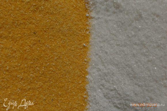 В миске перемешать пшеничную муку, кукурузную муку, сахар, соль.