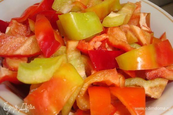 Очистить от кожицы стручки сладкого перца, разрезать их пополам, удалить семена и нарезать крупными кусочками.