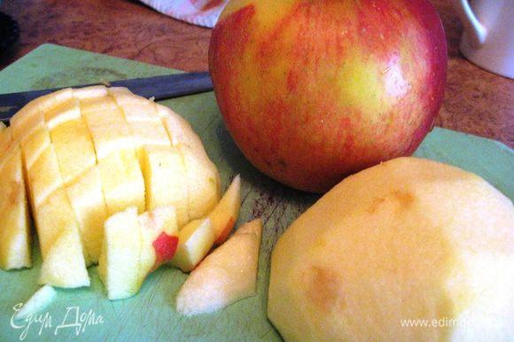 Яблоко чистим от кожуры и нарезаем кубиками. Выкладываем в смазанную маслом или выстеленную пергаментной бумагой форму половину теста, кладем яблоки и оставшееся тесто. Выпекаем примерно 30 мин. до готовности.