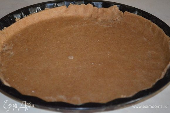 тесто раскатать в очень тонкий пласт и перенести в смазанную растительным масло форму (у меня обычная 28 см неразъемная). Сделать небольшие бортики