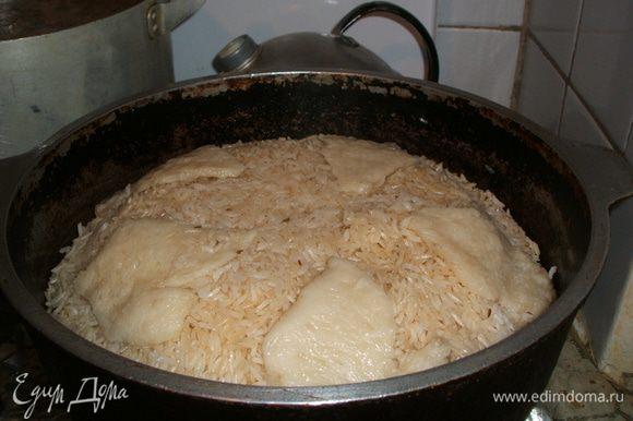 Черз 20 минут открываем и пробуем рис, если жестковатый, то верхний слой аккуратно переворачиваем, опять накрываем, ещё минут на 5.