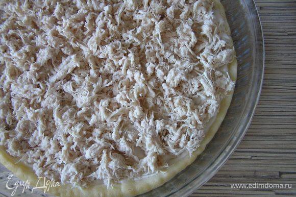 Курицу измельчить с помощью блендера, выложить на тесто.