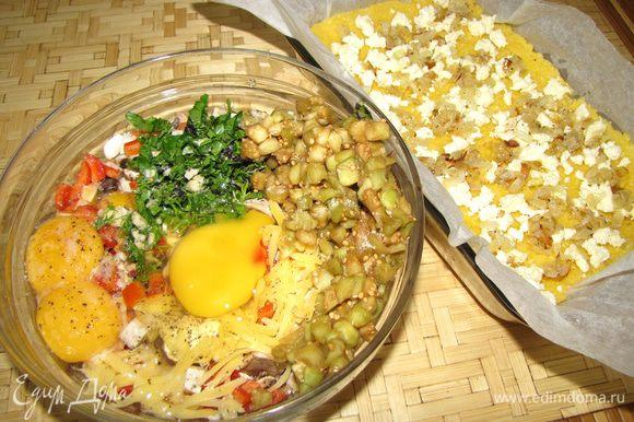 2.Чистим/режем овощи. Делаем все так как описано в рецепте овощного рулета: (это тоже мое блюдо) http://www.edimdoma.ru/retsepty/43806-letniy-ovoschno.. Обжариваем лук на оливковом масле, добавляя в конце немного чеснока Выкладываем нашу кашу))) на противень слоем в 2-3 см. Сверху крошим белый сыр и выкладываем обжаренный лук