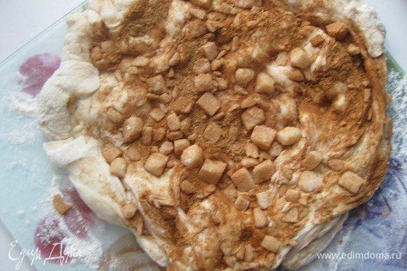 На тесто высыпаем куски сахара с корицей, вдавливаем в тесто.